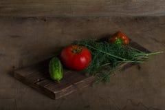 Légumes frais sur une texture rustique brûlée en bois pour le backgroun photos libres de droits
