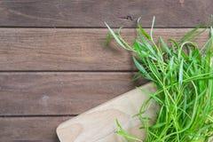 Légumes frais verts sur le fond en bois image stock