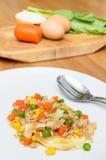 Légumes frits par écrimage d'oeuf au plat avec du porc haché Image libre de droits