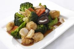 Légumes frits par émoi avec la boule de crevette photos stock