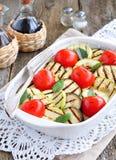 Légumes grillés aubergine, tomatoe de cerise, courgette avec l'huile d'olive et basilic photos libres de droits