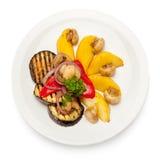 Légumes grillés de la plaque blanche Image stock
