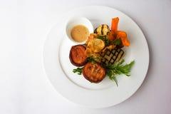 Légumes grillés de la plaque blanche Photos libres de droits