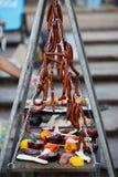 Légumes grillés et saucisses de chasse faisant cuire sur la rue Avec l'espace de copie Photo stock