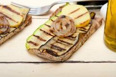 Légumes grillés sur le pain Photo stock