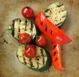 Légumes grillés sur un vieux hachoir en pierre rustique Photo stock