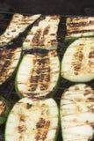 Légumes grillants tout entier sur l'image de plan rapproché du feu de charbon de bois Photos libres de droits