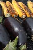 Légumes grillants tout entier sur l'image de plan rapproché du feu de charbon de bois Photographie stock