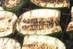 Légumes grillants tout entier sur l'image de plan rapproché du feu de charbon de bois Photos stock