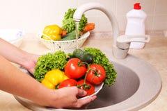 Légumes lavant dans une cuisine Photographie stock