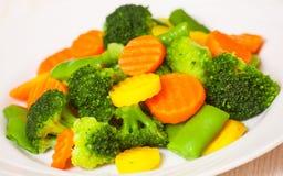 Légumes mélangés d'une plaque photographie stock