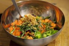 Légumes mélangés dans le bol mélangeur Image stock