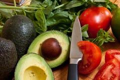 Légumes mélangés sur le panneau de découpage Photos stock