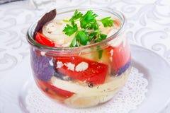 Légumes marinés dans un pot en verre Photo stock