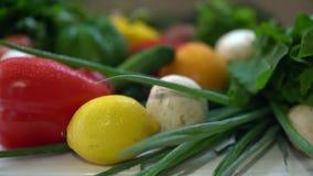 Légumes multiples et fruits se reposant sur la table clips vidéos