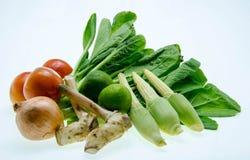 Légumes organiques frais d'isolement sur un fond blanc photographie stock libre de droits