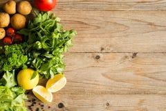 Légumes organiques frais sur le bois rustique image stock