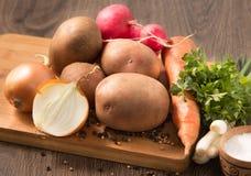 Légumes organiques naturels sur le panneau de cuisine Image libre de droits