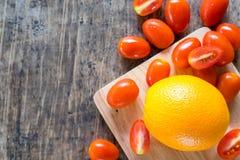 Légumes organiques sur l'espace en bois de table images stock