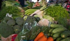 Légumes organiques sur le marché d'un agriculteur local en Thaïlande Photographie stock