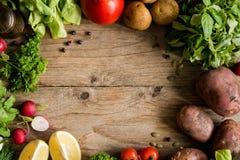 Légumes organiques, verts et épices du marché sur le fond en bois images stock