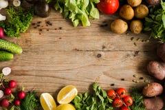 Légumes organiques, verts et épices du marché sur le fond en bois photos stock