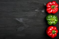 Légumes, poivrons juteux frais sur un fond foncé photographie stock libre de droits
