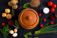 Légumes pour faire cuire sur un fond foncé Photographie stock