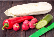 Légumes pour la salade sur un fond en bois noir image libre de droits