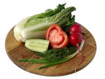 Légumes pour la salade sur un panneau Images libres de droits