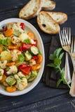 Légumes rôtis - courgette, chou-fleur, pommes de terre, carottes, oignons, poivrons, sur un plat ovale Images stock