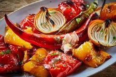 Légumes rôtis ou four-cuits au four sains colorés photos libres de droits
