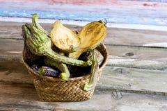 Légumes sains dans le panier wattled image libre de droits