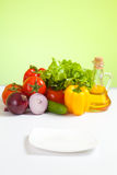 Légumes sains de nourriture et plaque blanche orientée Photographie stock