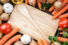 Légumes sains et frais avec la cuillère en bois et conseil Image stock