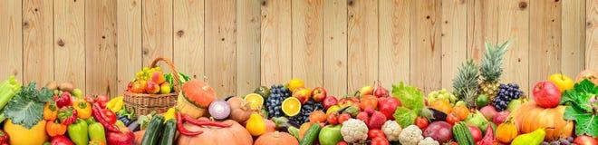 Légumes sains et fruits de photo panoramique contre le bois léger Photo stock