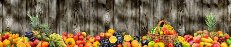 Légumes sains et fruits de photo panoramique sur l'obscurité de fond Photographie stock libre de droits