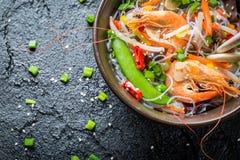 Légumes servis avec des crevettes roses et des nouilles images stock