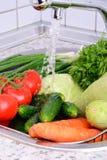 Légumes sous la verticale 0736 d'eau courante Image libre de droits