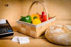 Légumes sur la table avec une caisse enregistreuse Photos stock