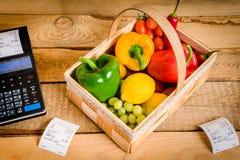 Légumes sur la table avec une caisse enregistreuse Photo stock