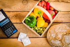 Légumes sur la table avec une caisse enregistreuse Photos libres de droits