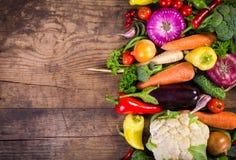 Légumes sur la table en bois images stock