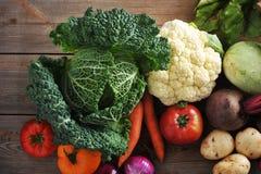 Légumes sur la vue supérieure de fond en bois - chou de Milan - fin Images libres de droits