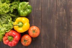 Légumes sur le backgorund en bois, fond d'aliment biologique photographie stock libre de droits
