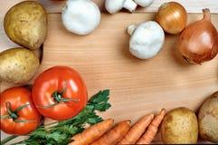 Légumes sur le conseil en bois Photographie stock