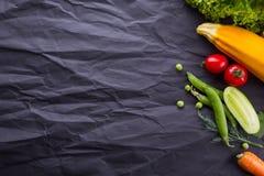 Légumes sur le fond de papier noir Avec l'espace pour le texte photos libres de droits