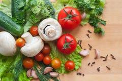 Légumes sur le fond en bois Photo libre de droits