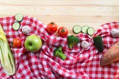 Légumes sur le fond en bois Photos libres de droits
