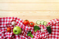 Légumes sur le fond en bois Images stock